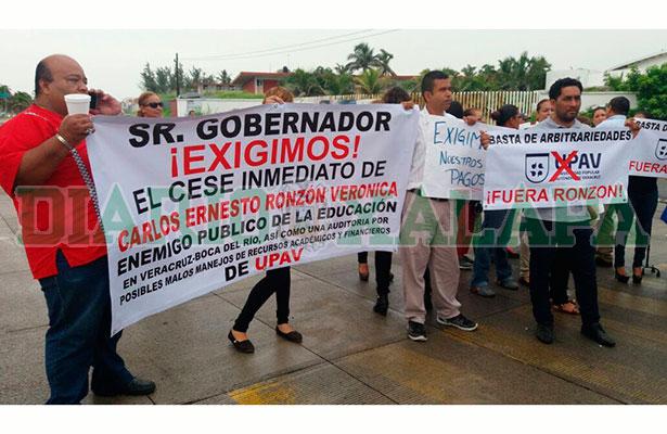 Se manifiestan maestros y alumnos de la UPAV para exigir pagos y la renuncia del director