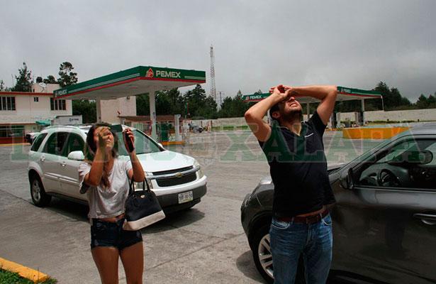 Viajeros paran para ver el eclipse