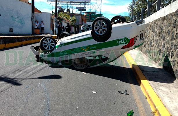 Volcó taxi en Lázaro Cárdenas; el chofer se dio a la fuga