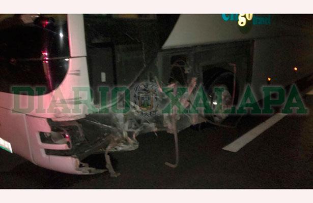 Se desprende llanta a autobús de pasajeros sobre la autopista Perote-Xalapa