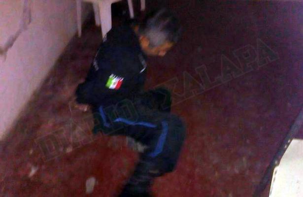 Grupo armado somete a policías en comandancia y roba dos cajeros automáticos