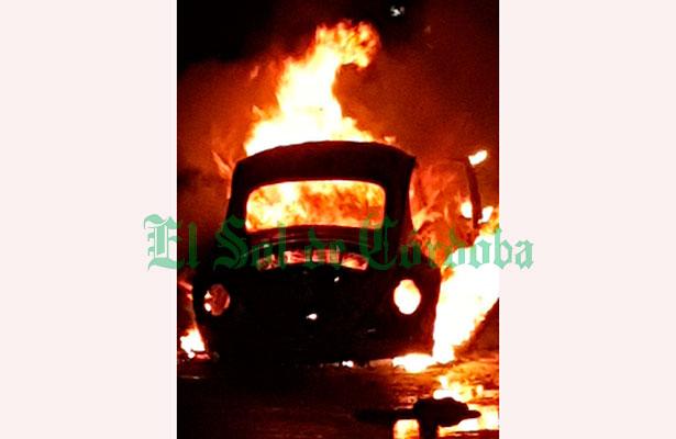 Arde automóvil en autopista