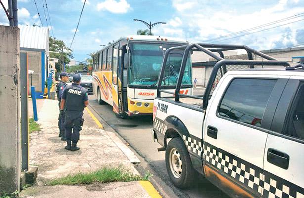 Aseguran a 56 migrantes; viajaban en autobús