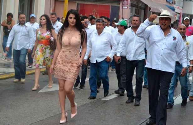 Candidata a reina del Carnaval renuncia porque fue extorsionada