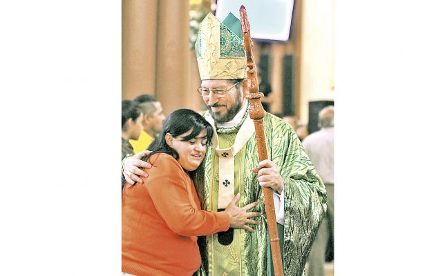 Mujeres descuidan a sus hijos por meterse en la política: arzobispo