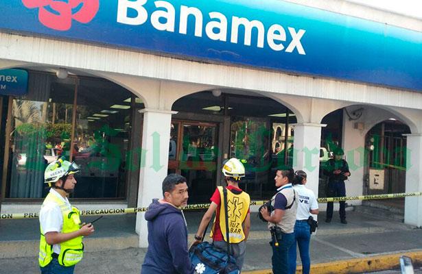 Hieren a policía del IPAX en asalto a sucursal Banamex