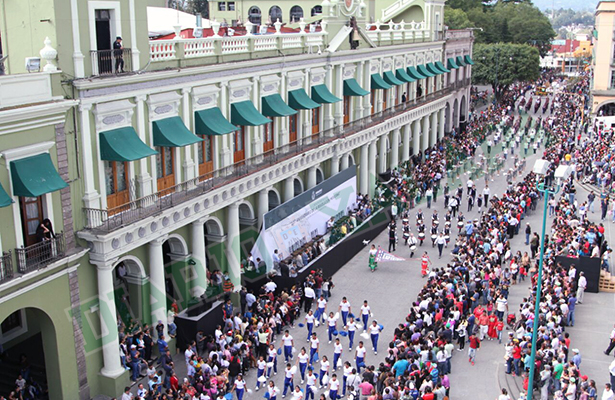 Se lleva a cabo desfile cívico deportivo en la capital del estado