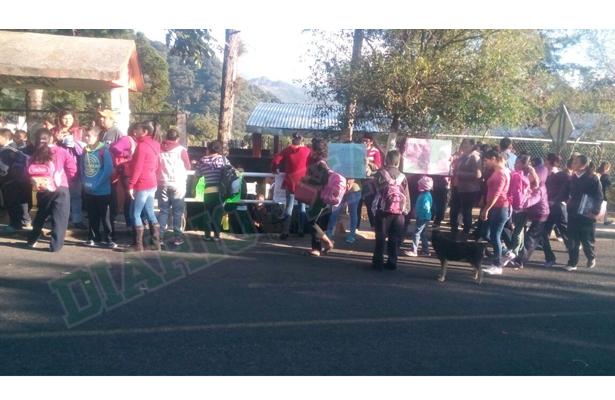 Padres de familia piden destitución de supuesta maestra golpeadora