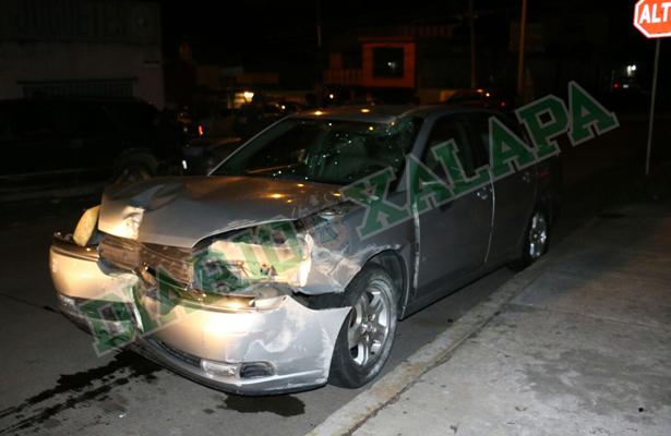 Auto manejado a exceso de velocidad causa destrozos en la avenida Hidalgo