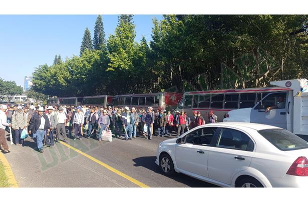 Campesinos de RACIMOS protestan en la carretera Xalapa-Veracruz