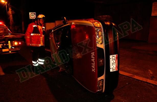 Dos taxis chocan en Ávila Camacho; uno de ellos volcó