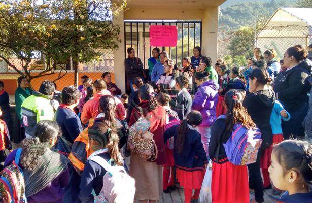 Docentes y padres de familia toman la primaria Enrique C. Rébsamen