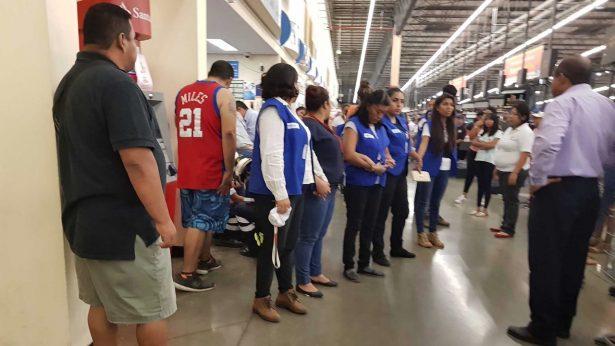 Muere bebé al caérsele de las manos a su madre en tienda Walmart