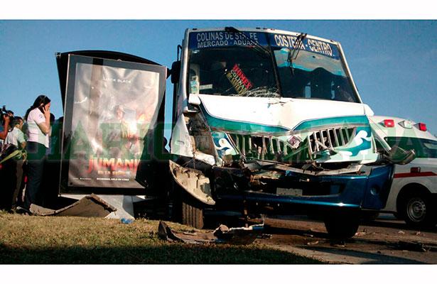 Encontronazo entre 3 autobuses deja 24 pasajeros lesionados