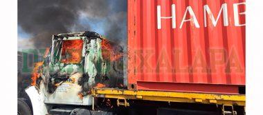 Arde tractocamión en la Xalapa-Cardel