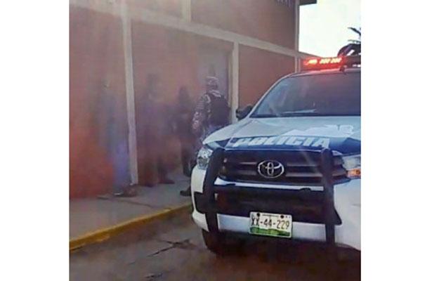 Hombres armados irrumpen en escuela y secuestran a maestra