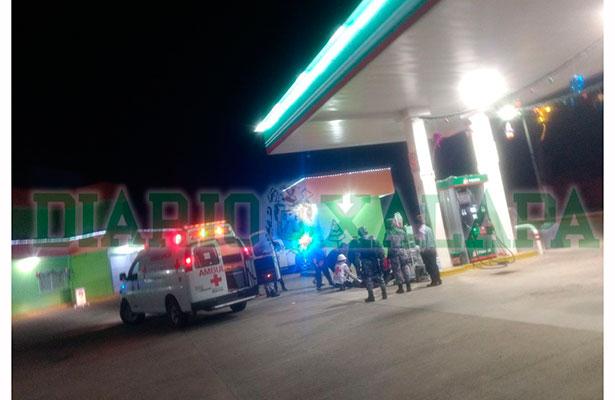 Balean a guardia de seguridad de gasolinera en violento asalto