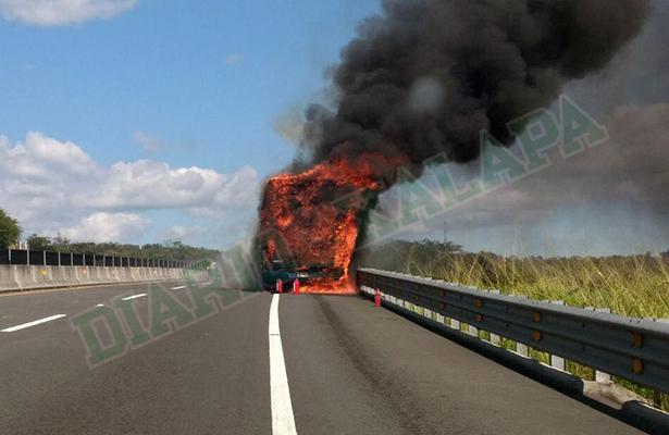 Se incendia autobús de pasajeros en la autopista Xalapa-Cardel