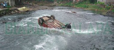 Muere hombre tras caer con su auto al río