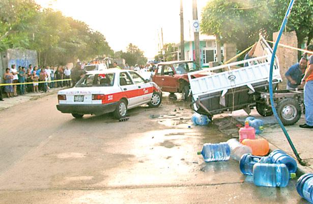 Los persiguen, chocan, causan destrozos y luego los matan; iban en un taxi