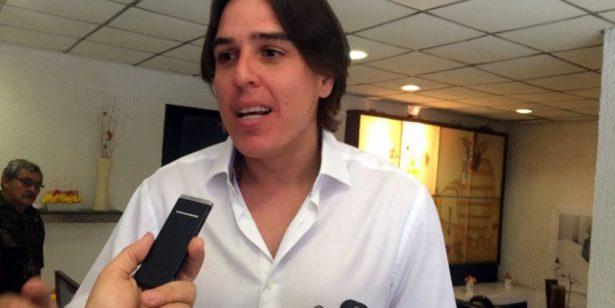 Empresario exhibe a exalcalde de Coatzacoalcos; lo llama corrupto y le desea terminar en la cárcel