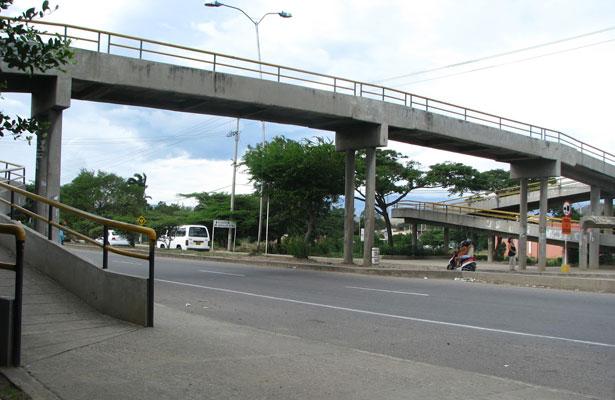 Pese a peligro, ciudadanos no utilizan puentes peatonales