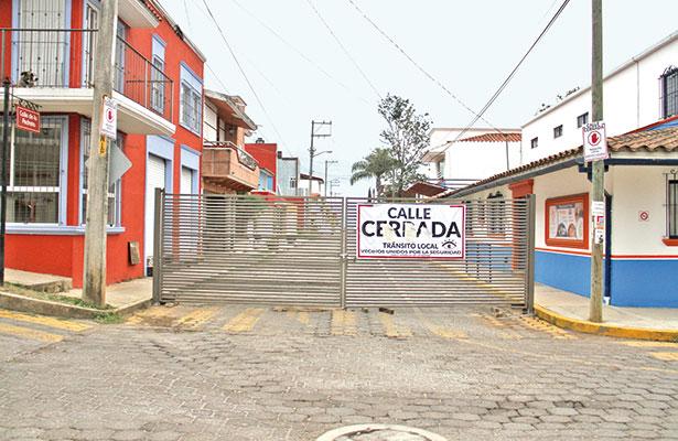 Cierran calles para evitar robos a casas, en fraccionamientos y colonias pobres de Xalapa