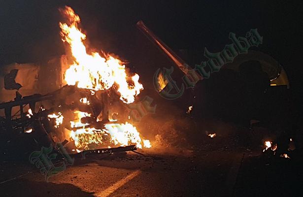 Se vuelca e incendia tráiler en la autopista