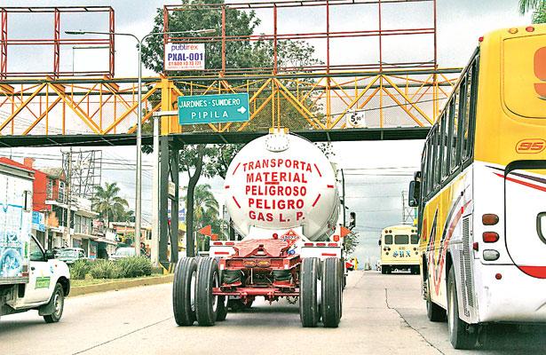 Sin control, paso de vehículos pesados y transporte de material peligroso