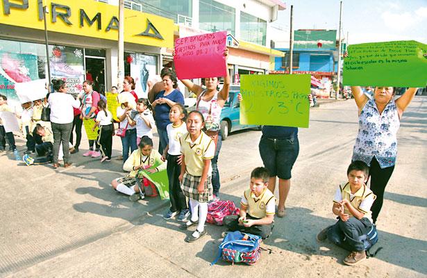 Más escuelas, sin maestros; padres de familia protestan