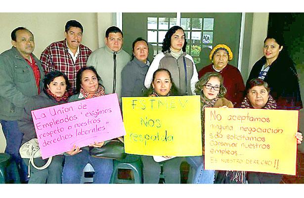 Agudizados, conflictos en municipios; trabajadores toman ayuntamientos