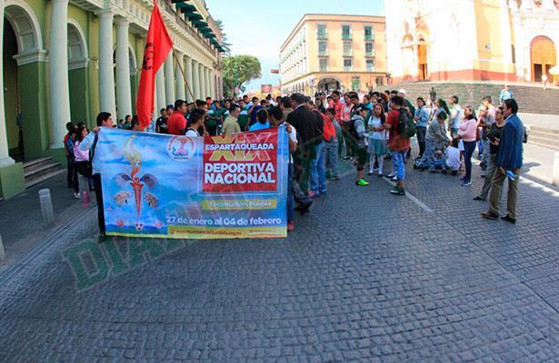 Bloquean deportistas centro de Xalapa, piden transporte para competencia nacional