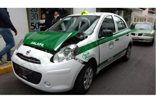 Abandonó taxi en el centro tras choque contra camión de pasajeros