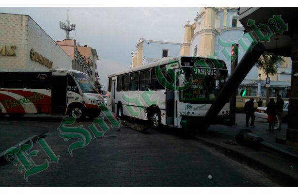 Dos personas resultaron lesionadas en choque de autobuses