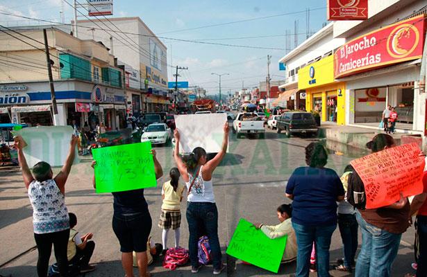Madres de familia de la escuela Revolución cierran avenida en exigencia de profesores