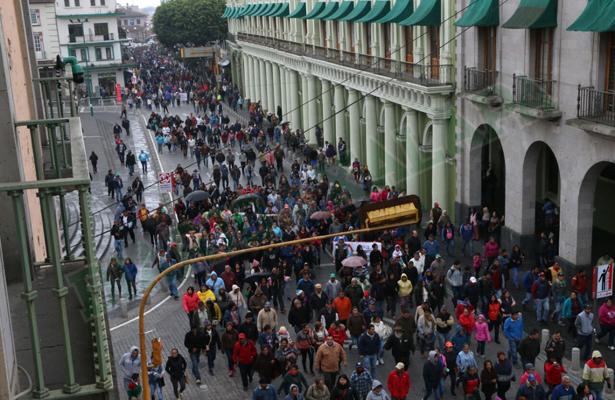 "Comerciantes ambulantes dan ""bienvenida"" a alcalde de Xalapa"