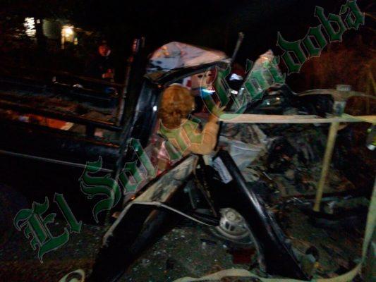 Fuerte accidente, camioneta se incrusta en poste; 12 lesionados