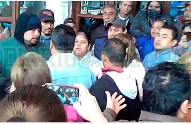 Trabajadores del ayuntamiento de Juchique de Ferrer se enfrentan verbalmente [ Video]