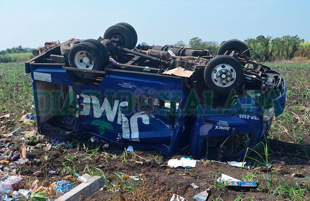 Camión repartidor de jugos terminó destrozado