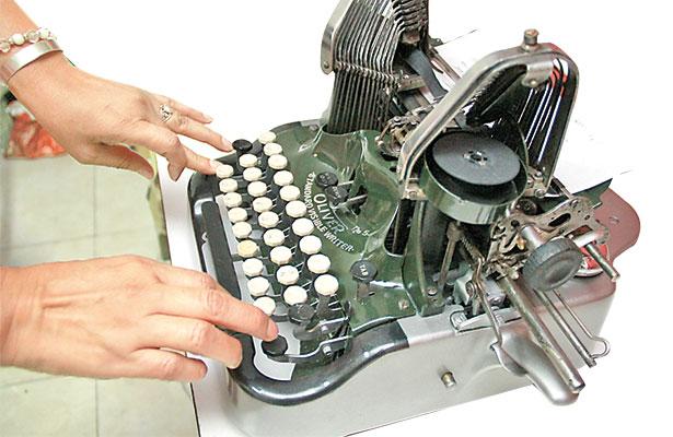 """¡Aún reparan máquinas de escribir!, uno de sus """"tesoros"""" es una Underwood de 1930"""