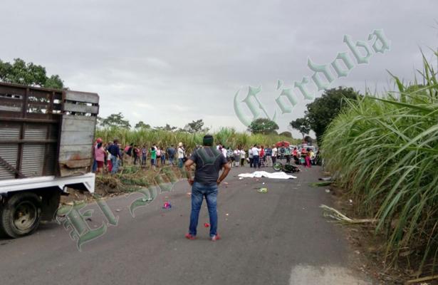 Mueren dos estudiantes al chocar contra camioneta; otro permanece grave