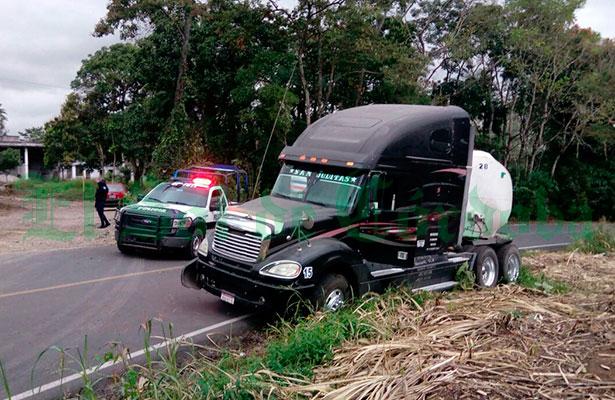Bloquea pipa carretera Presidio-Motzorongo