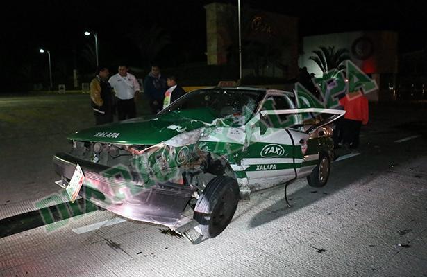 Taxista lesionado en fuerte accidente frente al DIF estatal