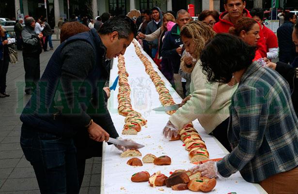 Elaboran la Rosca de Reyes más grande de Xalapa