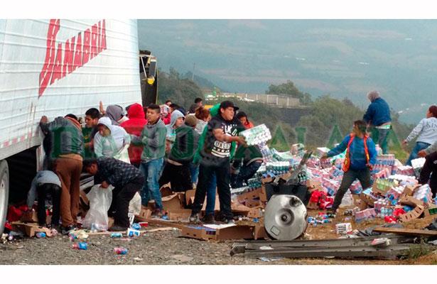 Se impacta tráiler contra muro en las cumbres de Maltrata