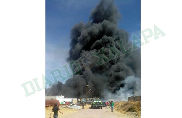 Se incendia corralón; cuantiosos daños materiales