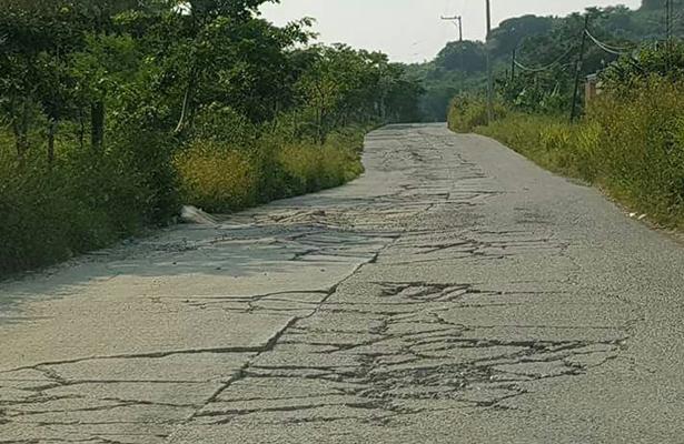Unidades de carga dañan carretera de Coatzintla