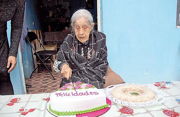 "Candelaria Aburto Benítez, mejor conocida como ""mamá Cande"" celebra 107 años"