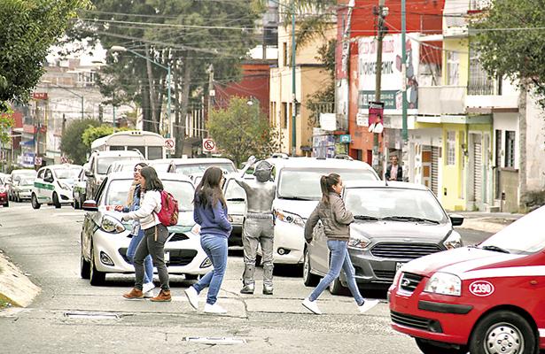 Hacen lo que quieren en calles de Xalapa; automovilistas y peatones no logran convivencia