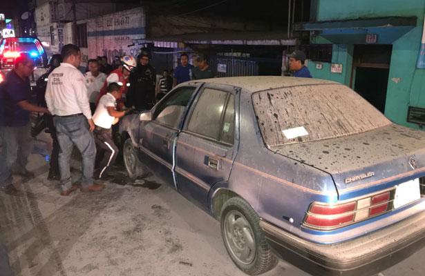 Auto, a punto de quemarse en la avenida Lázaro Cárdenas
